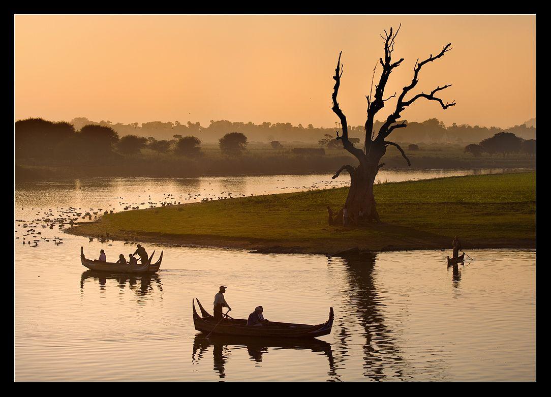 вечерний отдых на озере,в небольшом городке- Амарапура,что находится в 20 км от Мандалая. Амарапура- один из центров буддизма,где проживает несколько тысяч монахов.