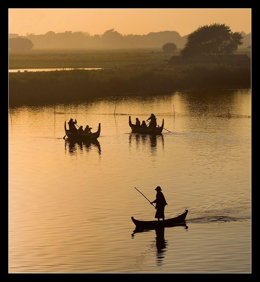 вечером рыбаки из близлежащих сел катают на лодках не многочисленных туристов.