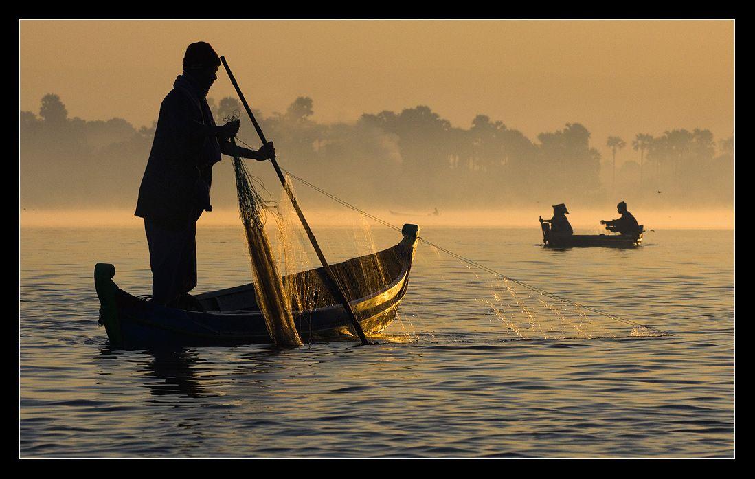 а утром, с восходом солнца отправляются на рыбалку....