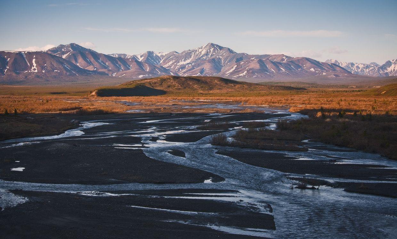 2. В тундре ненамного теплее, чем в соседней ледяной зоне. Средняя годовая температура здесь ниже нуля, а общее количество солнечного тепла, поглощаемого землей, вдвое меньше, чем в зонах умеренного пояса.