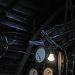 В полумраке будки машиниста циферблаты приборов освещает лампочка, вентиль слева управляет «сифоном».
