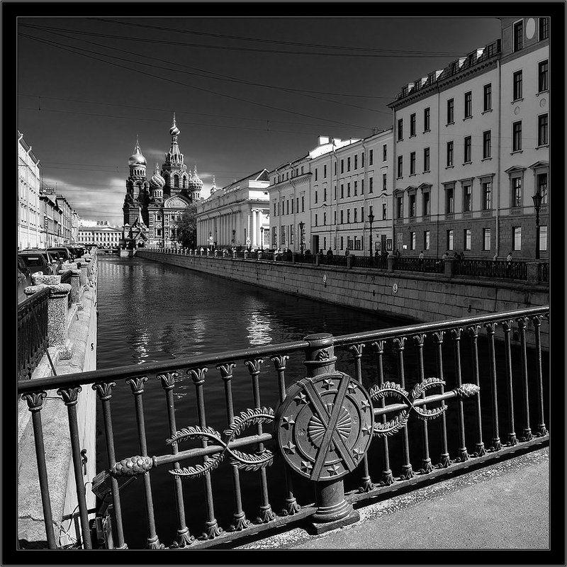 петербург, центр, канал грибоедова, чб, квадрат Черно-белая квадратная питерская открытка  на канале Грибоедова с видом на Спас на Крови с Итальянского пешеходного мостаphoto preview