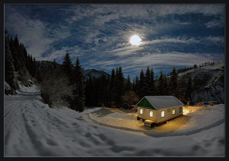 ночь,луна,природа,горы,зима,лес,облака,дорога,елки,снег,домик,окно,свет Зимняя сказкаphoto preview