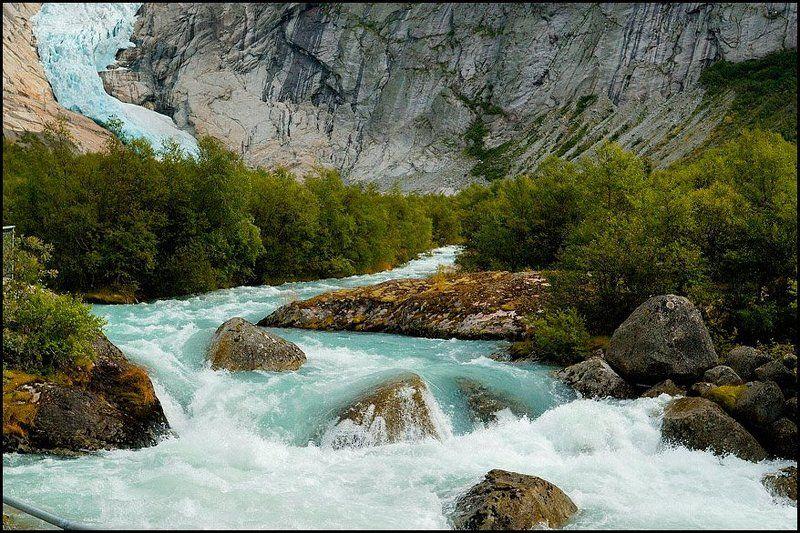 norway, ледник, вода, камни, река Кусок ледника и ледяной поток в камнях среди скалphoto preview
