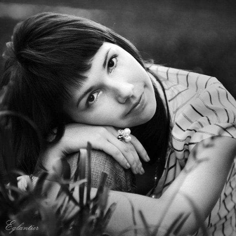 девушка, портрет, квадрат, чб, трава Квардопортрет.photo preview