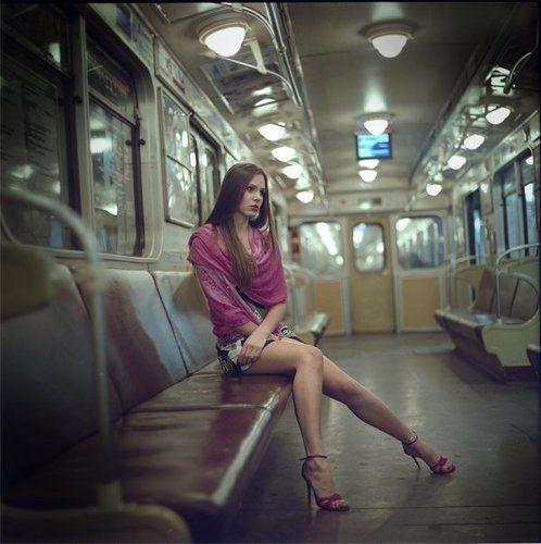 фото красивая девушка в метро