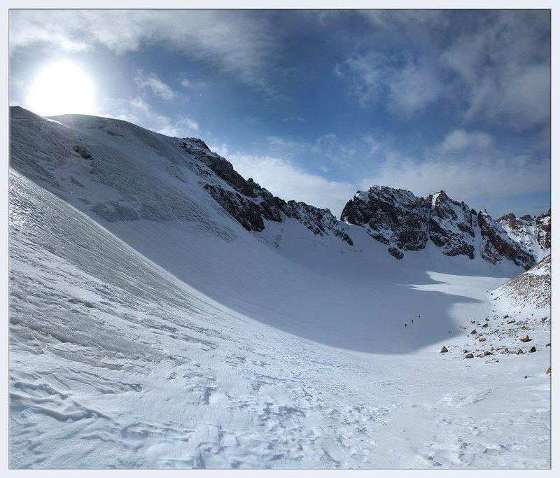 горы,высокогорье,вершины,ледник,перевал,снег,солнце,группа,лыжники,фрирайд,поход К перевалуphoto preview