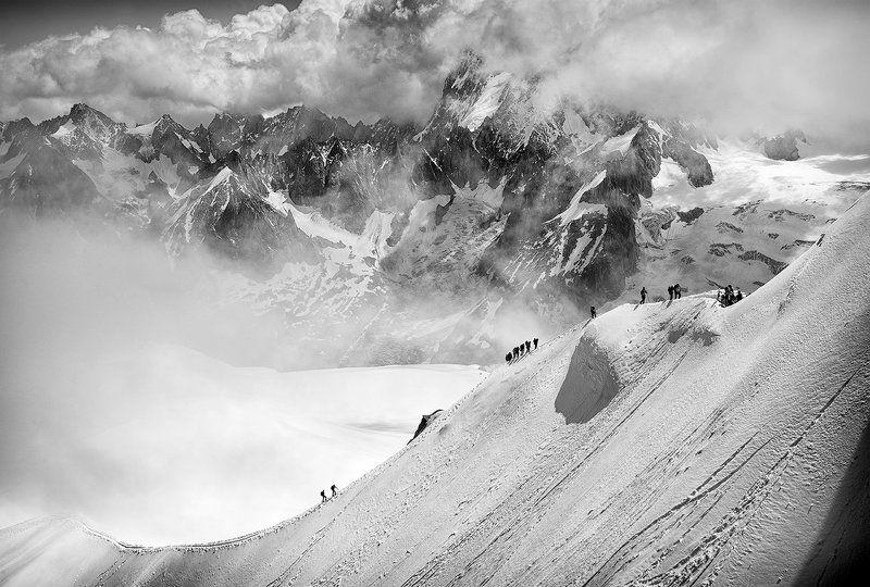 Альпы: трудный путь вверх из облаковphoto preview