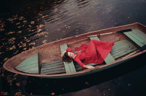 девушка в лодке осень