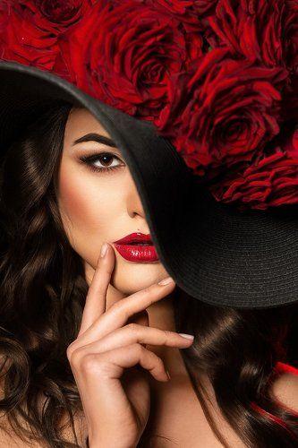 Фото красные губы и шляпа