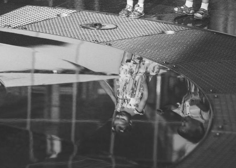 дети,отражение,черно-белое,вода,фонтан,прогулка Отражениеphoto preview