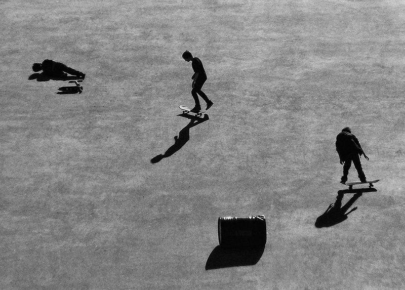скейтбордисты, тени, площадь Триоphoto preview