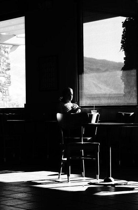 деушка, окна, свет, тени кафе Гармония света и тениphoto preview