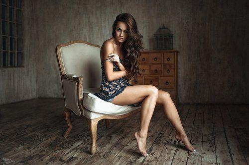 фото красивые позы девушек на стуле