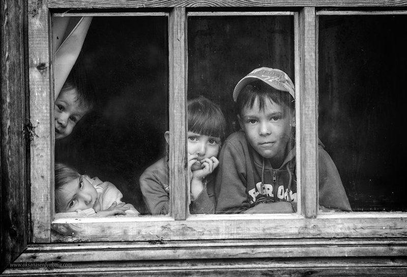 дети,утро,деревня,черно-белое,портрет В окнеphoto preview
