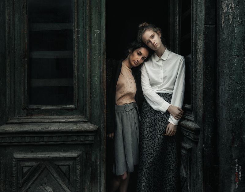 девушки, модель, тонировка, обработка, две модели, русские девушки, старые двери, винтаж,  Встречаphoto preview