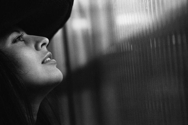 девушка, взгляд Окно в Париж.photo preview