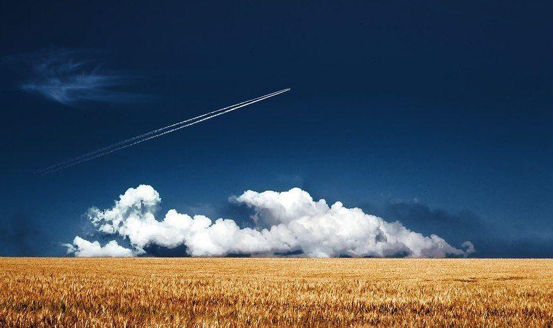 Небо, поле, самолёт, облака Направление ветраphoto preview