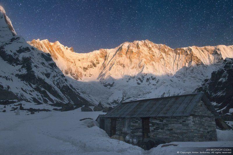 непал, гималаи, аннапурна, поселок, деревня, поселение, ночь, звезды, полнолуние, луна, горы, базовый лагерь, треккинг, трек, снег, зима, пейзаж, небо, Аннапурна I в свете полной Луныphoto preview