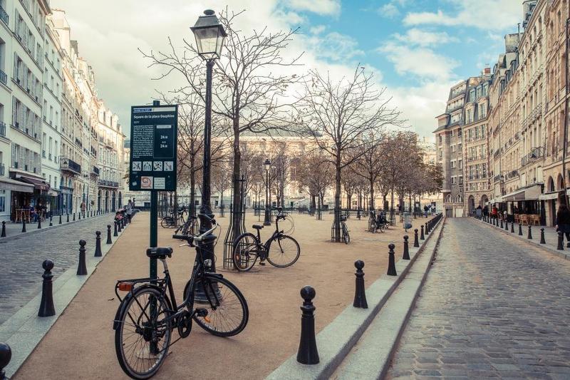 Paris, France, velo, place Dauphine Сквер на площади Дофинаphoto preview