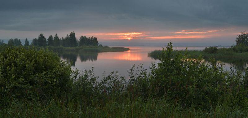 тишина, дымка, пасмурно, теплый вечер, нижняя кама, берег, озеро перед непогодойphoto preview