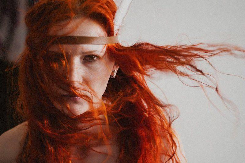 девушка, оранж, волосы, индеец, перо, взгляд Rainmakerphoto preview