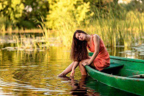 на лодке с девушкой