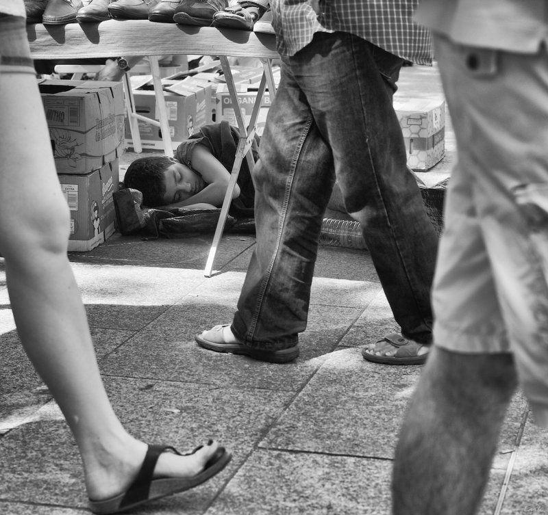 стрит, рынок, дети усталphoto preview