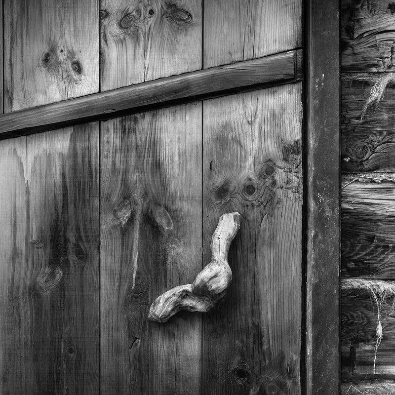 дверь, чб, чернобелое, дерево, линии, фактура, ручка, рукоятка, юрта, наблюдение Деталиphoto preview