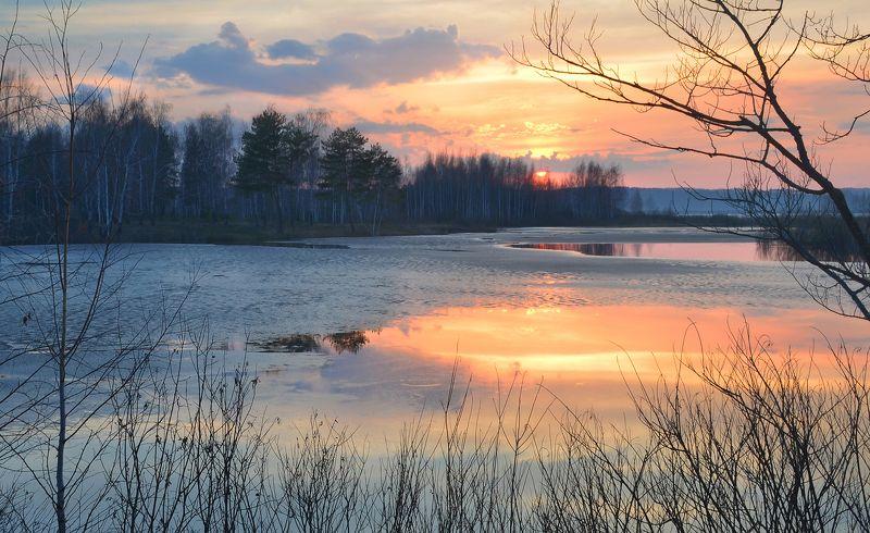 весна, апрель, вечер, дымка, тишина, закат, небо, озеро, лёд, пейзаж, природа В тишине весеннего закатаphoto preview