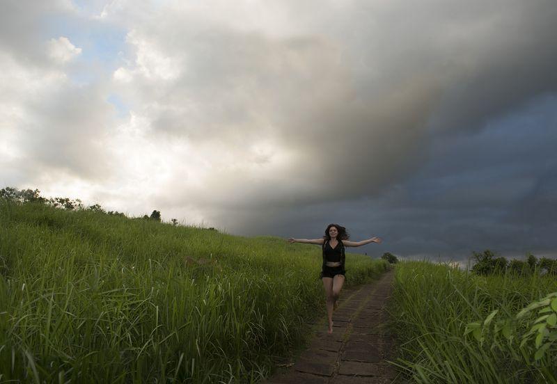 девушка, бег, облака, поле, поляна, гроза Навстречу закатуphoto preview
