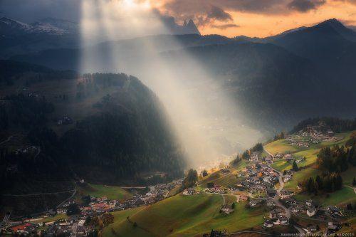 Италия. Доломиты. Свет над деревней Santa Cristina Valgardena