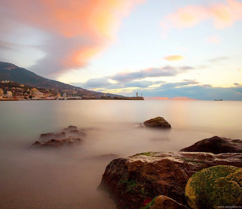крым, ялта, маяк, море, пляж, порт, небо, длинная выдержка, лагуна, залив, камни Ялтинский маякphoto preview
