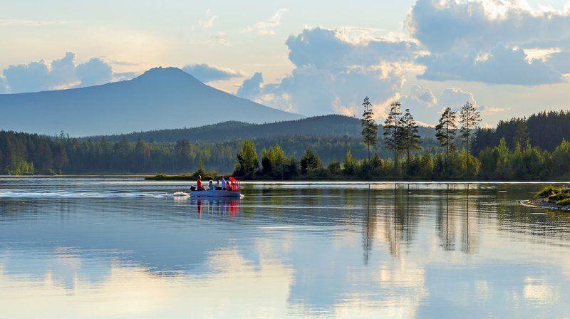 вода хвойный лес зелень отражения лодка люди. ***photo preview
