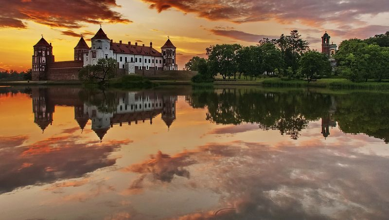 закат, замок, весна, природа Мирский замок в тишине весеннего вечераphoto preview
