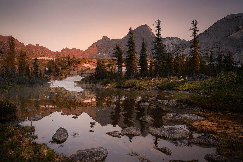 пейзаж, природа, красивая, горы, хребет, скалы, камни, озеро, отражения, берег, трава, вечер, высокий, большой, холодный, ергаки, саяны, красноярский край Вечер на Лазурномphoto preview