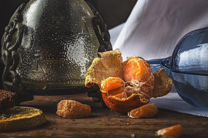 натюрморт, мандарин, цитрус, долька, апельсин, бутылка, стекло, вода, ткань, дерево, настроение, увядание Послепраздничныйphoto preview