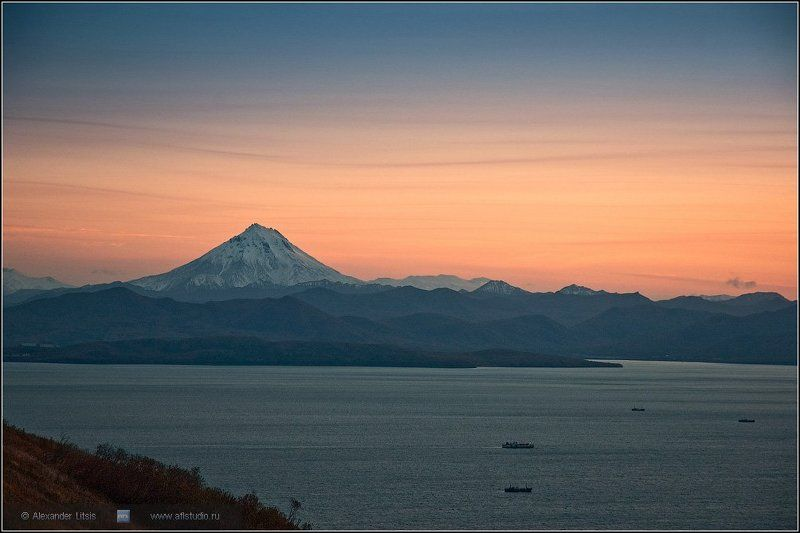 Камчатка, море, горы, вулкан, закат, вечер Закатная авачинскаяphoto preview