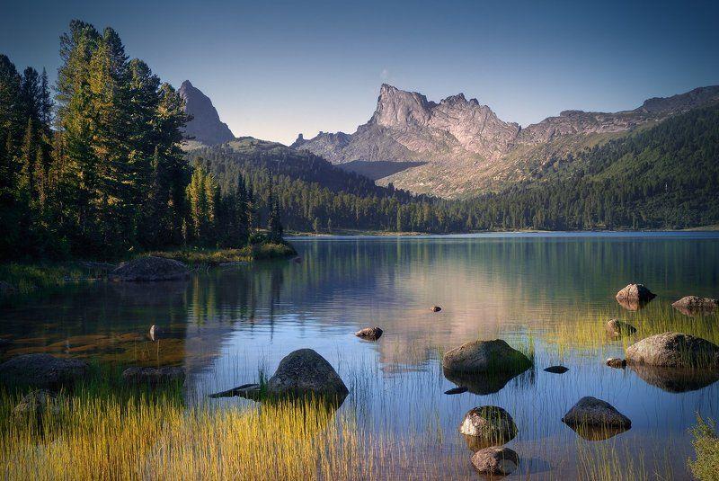 пейзаж, природа, озеро, горы, скалы, вершина, хребет, ергаки, саяны, красноярский край, вода, камни, осока, отражения, трава, высокий, большой, красивая Озеро Светлоеphoto preview