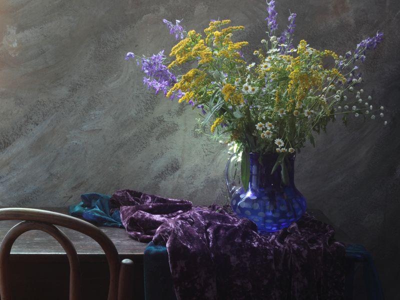 букет,цветы,графин,ваза,скатерть.бархат,стул венский Натюрморт с синим кувшином и букетомphoto preview