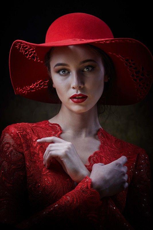 девушка  в шляпкеphoto preview