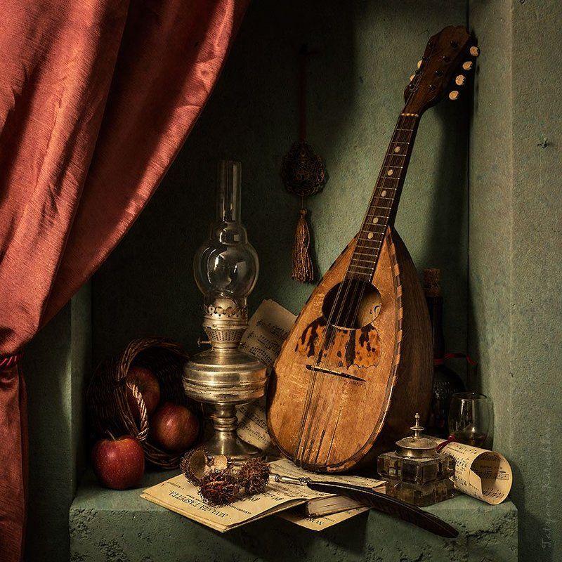 мандолина, ниша, красные яблоки, желтые яблоки, керосиновая лампа, рёмер,ноты photo preview