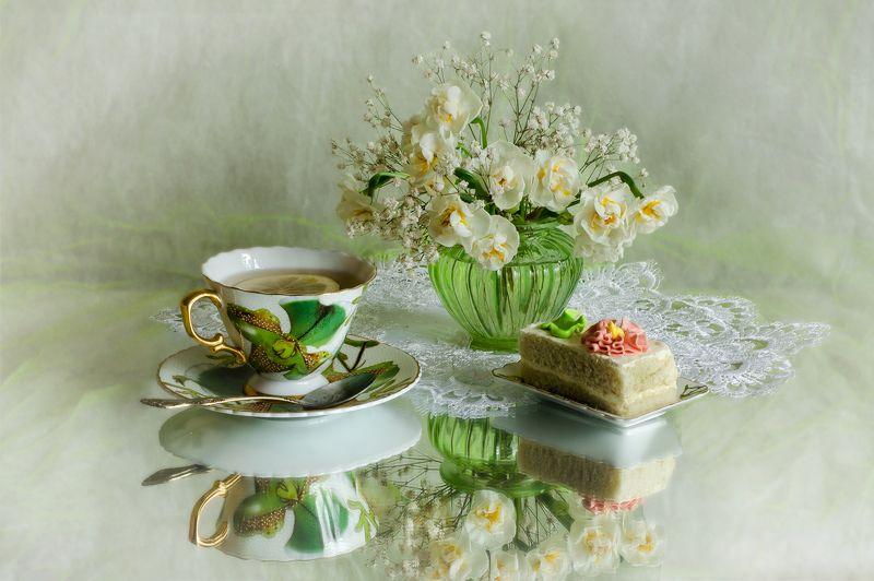 Чай с пирожнымphoto preview