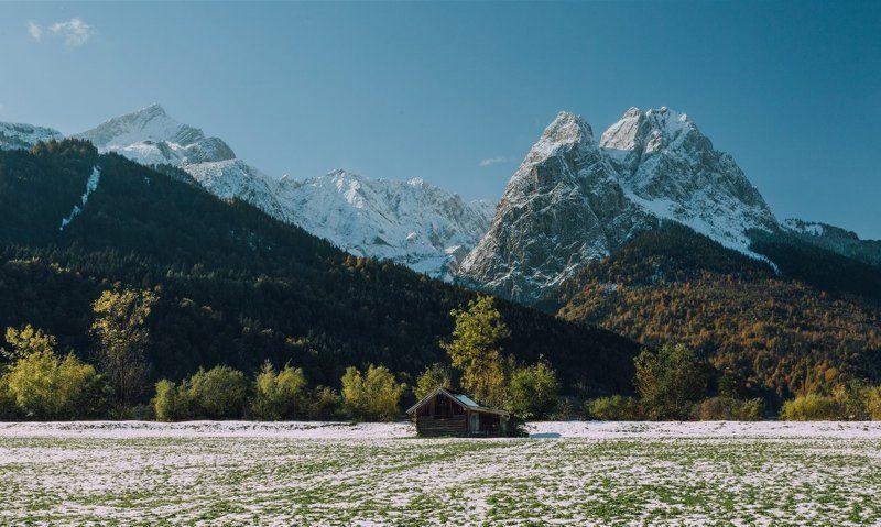 горы; домик; лес Жизнь среди горphoto preview