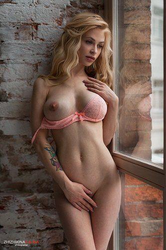 В розовом