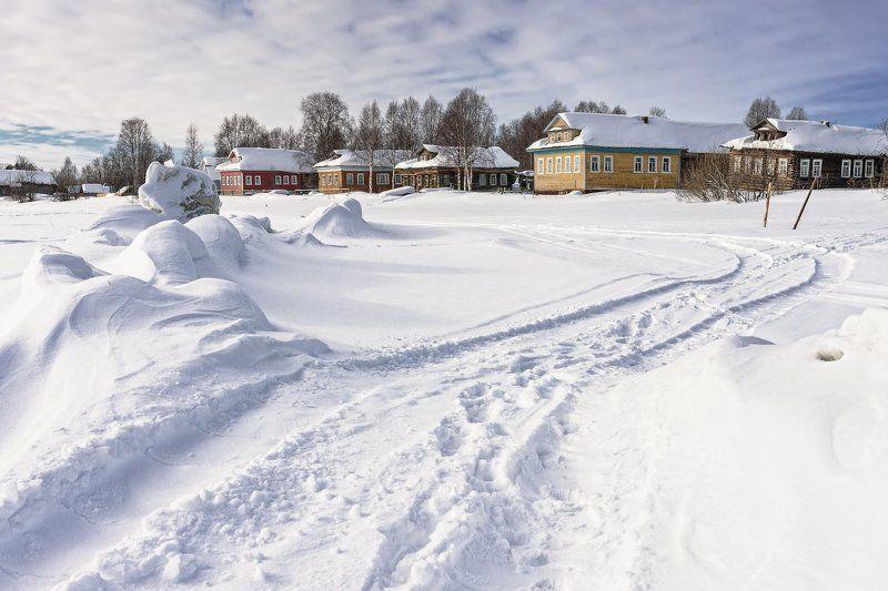 март весна деревня дома снег лед сугробы дорога следы облака тени  По чистому снегуphoto preview