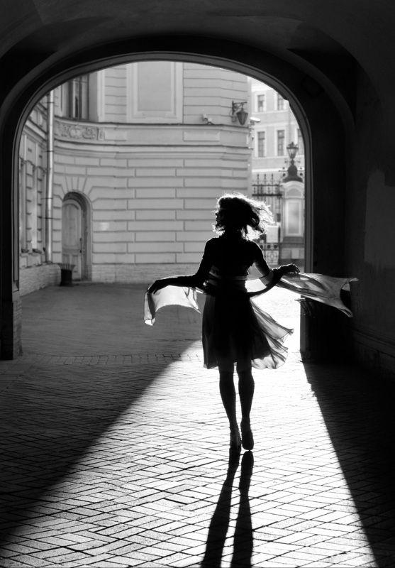 street, city life, woman, walking, wind, spb, shadow, arch, contre-jour Вертреницаphoto preview