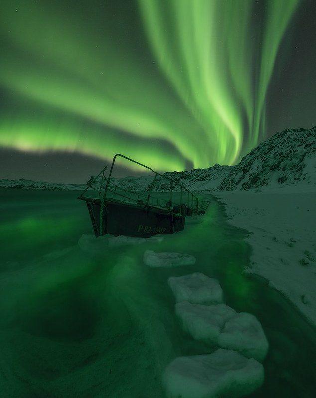 Северное сияние, край земли, Териберка, Баренцево  море, Кольский полуостров, Aurora borealis, In the arms of Auroraphoto preview