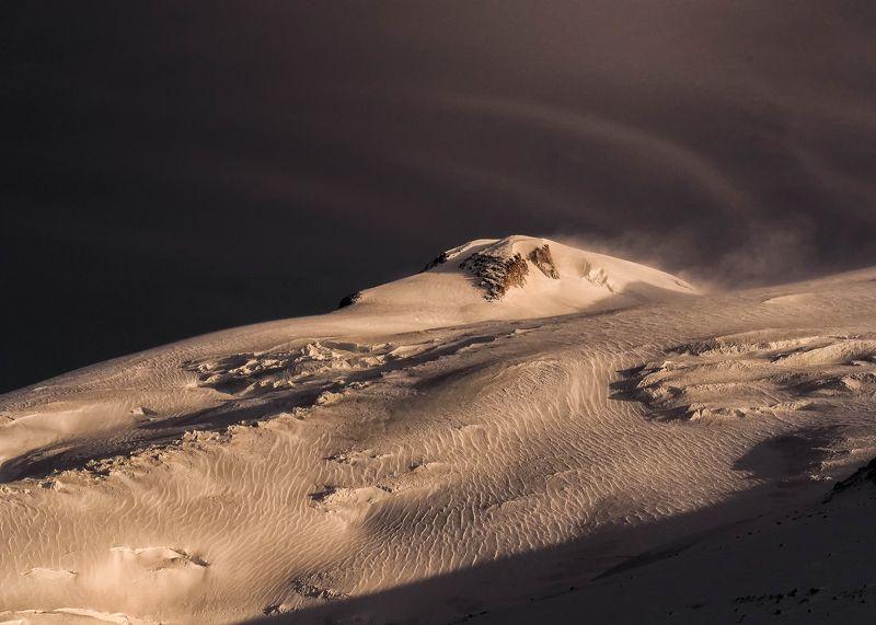 эльбрус,вершина,ночь,луна,снег,пурга,лед,ледник,склон,пейзаж,кавказ,кабардино-балкария,гора,природа Спящий Эльбрусphoto preview