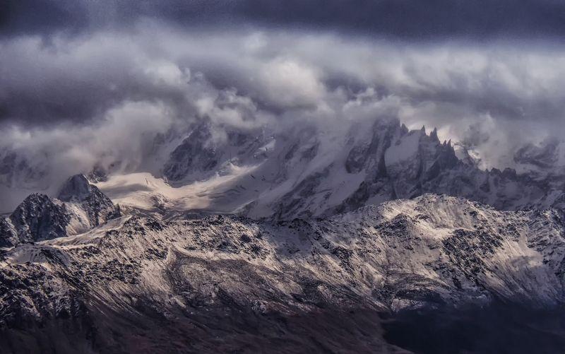 кавказ,эльбрус,горы,пики,природа,вершины,тучи,буря,драмматичный,пейзаж,снег,зима,осень,перевал,кабардино-балкария,облака Грозовой перевалphoto preview